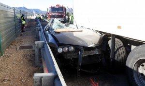 Imatge del cotxe accidentat a l'A-7 a Mont-roig del Camp, aquest dijous.