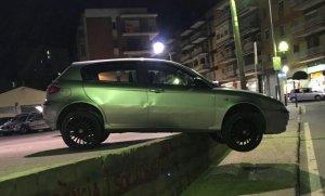 Imatge del cotxe embarrancat a la zona blava de l'Escorxador.