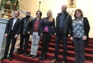 La regidora de Cultura de Reus, Montserrat Caelles, amb els directors artístics dels tres espectacles.