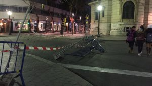 Les ràfegues de vent han tombat les tanques de protecció de l'edifici Atlántico de Tarragona