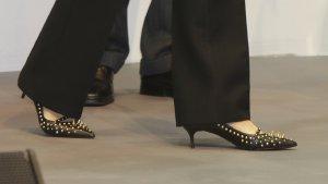 Los zapatos que ha lucido la reina Letizia en el acto de hoy, de Uterqüe con tachuelas y pinchos.