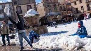 Molts nens gaudint d'una gran nevada