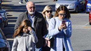 Paula Echevarría, con sus padres y su hija Daniella, en su visita a Urgencias