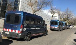 Tres furgonetes de l'ARRO, a la comissaria.