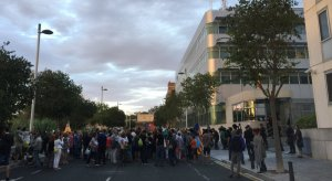 Un centenar de persones es manifesten davant de la caserna de la Guàrdia Civil de Tarragona