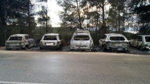 Una desena de vehicles han quedat calcinats per les flames