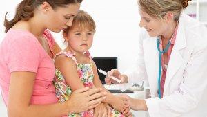 Vacunar a los niños es importante, pero en algunos casos puede ser peligroso.
