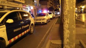 Vehicles dels Mossos i de la Policia Local de Cambrils davant del narco-bar.