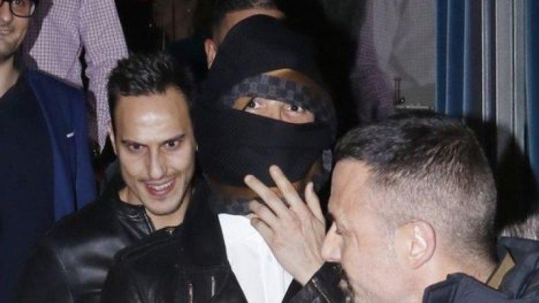 Cristiano Ronaldo, saliendo del restaurante con la cara tapada