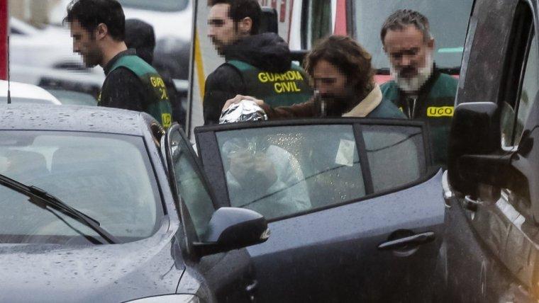 'El Chicle' junto a la Guardia Civil saliendo del lugar donde se encontraba el cuerpo de Diana Quer