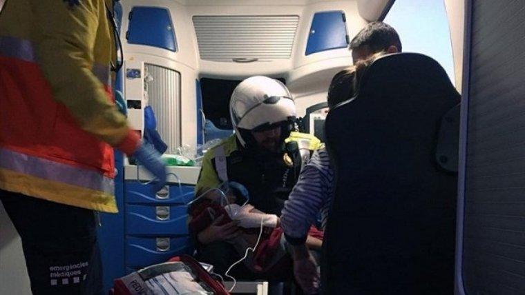 El policia durant la reanimació a la nena de dos anys