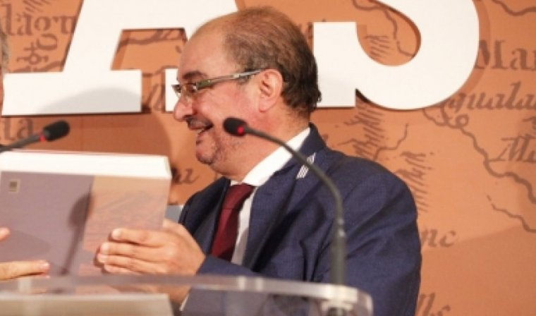 El president de l'Aragó, Javier Lambán, entregant el llibre 'Tejidos de Vecindad'