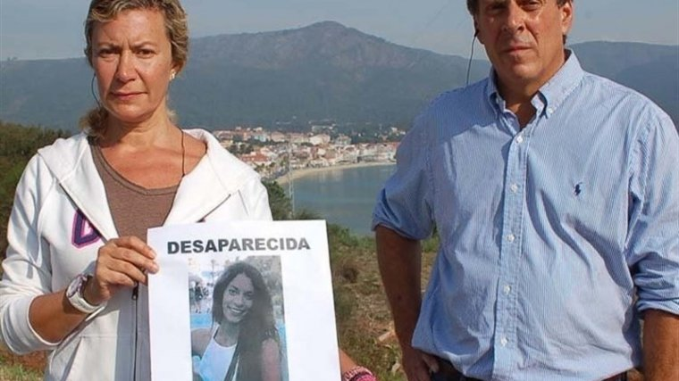 Els pares de Diana Quer amb una imatge de la jove