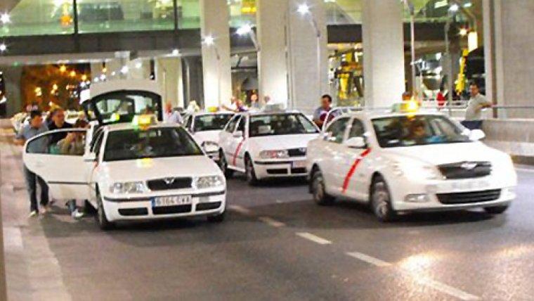 Imagen de archivo de taxis en el Aeropuerto Aldolfo Suárez de Madrid-Barajas