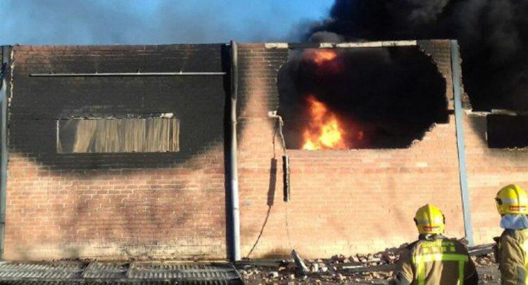 Imatge de l'incendi a una indústria de metalls i plàstics a l'Albi, amb bombers treballant