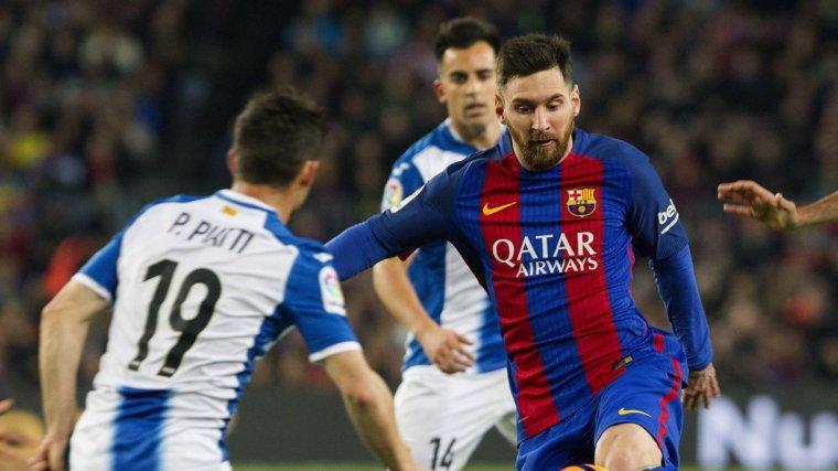 Leo Messi, entre Aaron, Jurado i Piatti, jugadors de l'Espanyol