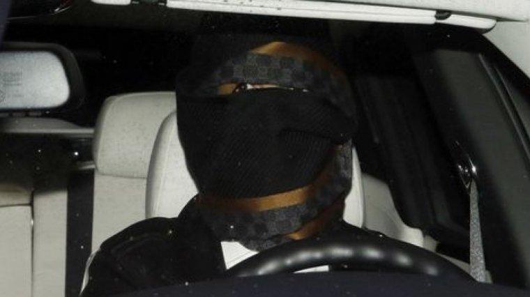 Ronaldo, en su coche, tapado con una bufanda