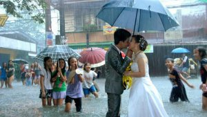 Boda bajo la lluvia del tifón Saona, en Manila.