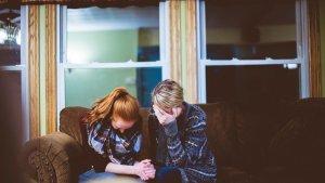Dar consuelo a un amigo puede ser tan angustioso que puede paralizarnos y dejarnos sin habla.