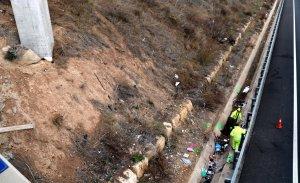 Diversos operaris treballen després de l'accident de dissabte a la T-11.
