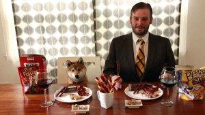 Este hombre de dedica a catar alimento para perros, y le pagan por ello.