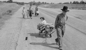 Família de refugiats a la carretera.
