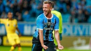 Imagen de Arthur celebrando un gol con el Gremio.