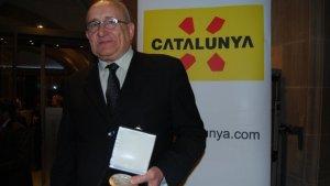 Josep Graset mostrant la Medalla de Turisme de Catalunya