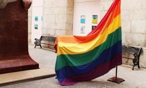 La bandera de l'arc de Sant Martí, al pati Jaume I de l'Ajuntament de Tarragona.