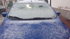 La neu agafa sobre alguns cotxes a la Bisbal del Penedès.