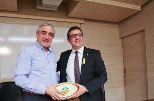 L'alcalde de Terrassa, Alfredo Vega, i el president de la Federació Catalana de Rugby, Ignasi Planas,