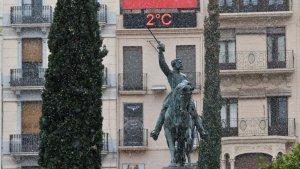 L'estàtua del general Prim, envoltada de flocs de neu.