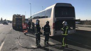 Los Bomberos extinguiendo el fuego del autobús