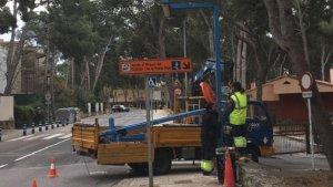 Operaris canviant els punts de llum a la carretera de Salou