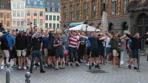 Ultras gritando y provocando en medio de una calle.