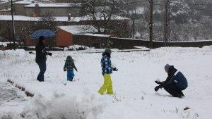 Una família juga amb la neu després d'una important nevada al Camp de Tarragona.
