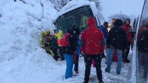 Una imatge del bus i l'evacuació de la canalla.