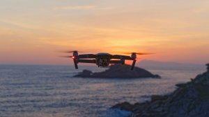 Uno de los principales usos de los drones son utilizarlos para fotografiar y grabar escenas.
