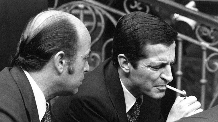 Adolfo Suárez fumando un cigarrillo en el Congreso.