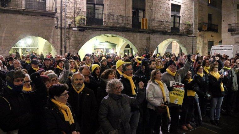 Alguns dels veïns de Girona que han seguit el ple de l'Ajuntament des de l'exterior