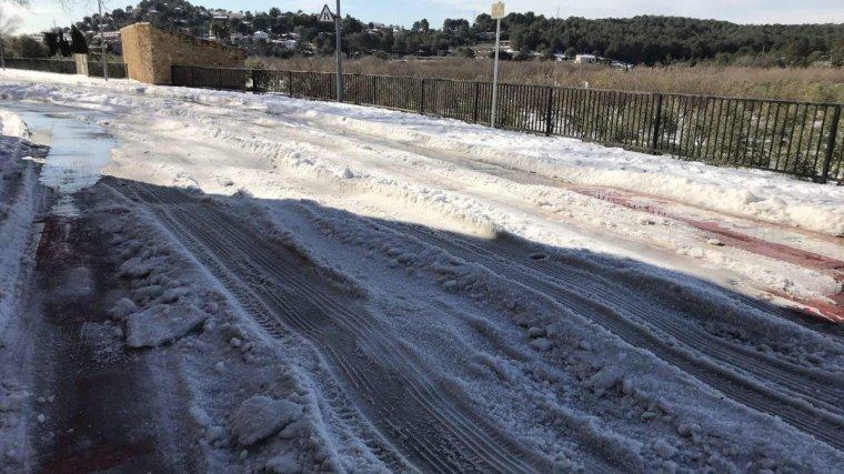 El carrer del Vial de la Sèquia de la Riera de Gaià, amb calamarsa i molt de gel.