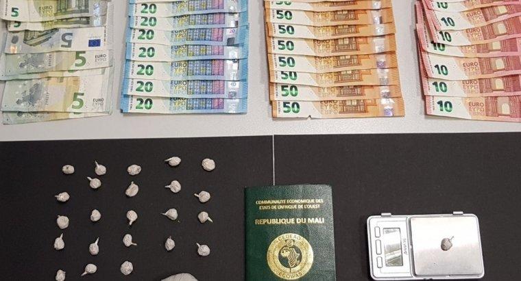 Imatge de l'heroïna i dels diners intervinguts pels Mossos d'Esquadra en el domicili del Centre Històric de Lleida