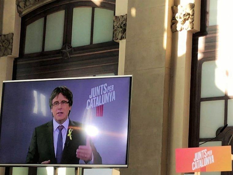 Carles Puigdemont a través d'una pantalla