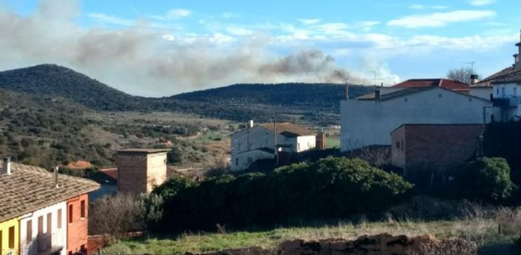 L'incendi està deixant una columna de fum