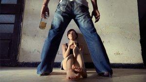 Aunque no sirva de justificante, el alcohol suele desencadenar muchos brotes violentos en la pareja.