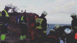 Bomberos y servicios mèdicos durante las maniopbras de rescate del cadáver en Cabo Menor