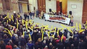 Centenars de persones s'han concentrat aquest vespre a la plaça del Blat per exigir la llibertat dels Jordis, Junqueras i Forn.