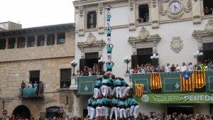 El primer pilar de 8 amb folre i manilles de la temporada dels Castellers de Vilafranca.