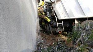 Els Bombers han hagut d'intervenir per excarcerar el conductor del camió accidentat