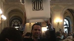 Ferran Civit, amb una urna de l'Espluga, al Parlament de Catalunya.